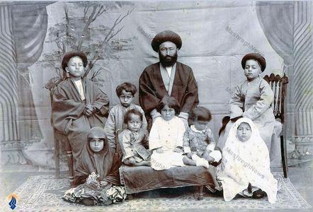 آیت الله سید عبدالله بهبهانی به همراه تنی چند از فرزندانش دردوران جوانی