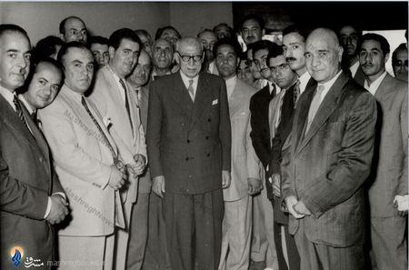 احمد قوام معروف به قوام السلطنه پس از دریافت حکم نخست وزیری در جمع برخی سیاسیون و روزنامه نگاران