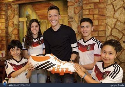 مسوت اوزیل ستاره تیم ملی آلمان و آرسنال در راستای کمک های انسان دوستانه و جمع اوری کمک برای کودکان فقیر دنیا این بار در ترکیه با شرکت در یک خیریه در ترکیه به کمک کودکان غزه شتافت.