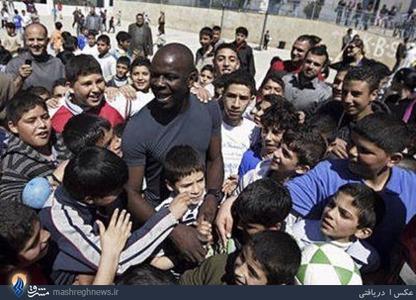 تورام، بازیکن سالهای نه چندان دور تیم ملی فرانسه نیز چند سال پیش در حمایت از برنامههای آموزشی و پرورشی به یکی از اردوگاههای پناهندگان فلسطینی با نام « قلندیا» در نزدیکی بیت المقدس رفت. تورام در این اردوگاه به کودکان فلسطینی آموزش فوتبال داد و با آنها فوتبال بازی کرد. این حرکت تورام نوعی حمایت از مردم مظلوم این کشور قلمداد شد.