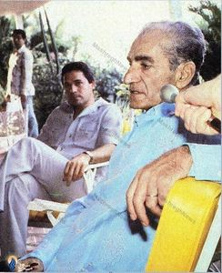 محمدرضا پهلوی در روزهای آوارگی در کشور پاناما، درحال گفت وگو با خبرنگاران
