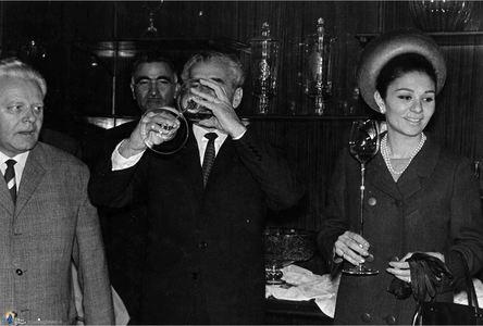 محمدرضا پهلوی درحال باده گساری در یکی از سفرهای اروپایی