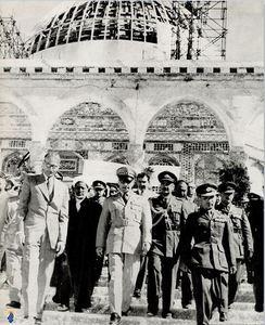 محمدرضا پهلوی در سفر به فلسطین اشغالی و در بازدید از مسجد الاقصی