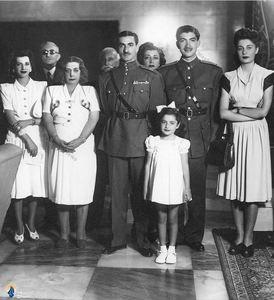 محمدرضا پهلوی در کنار اعضای خانواده اش در سالهای آغازین سلطنت