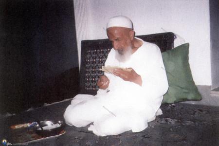مرحوم علامه شیخ محمدتقی بهلول گنابادی در حال صرف غذا