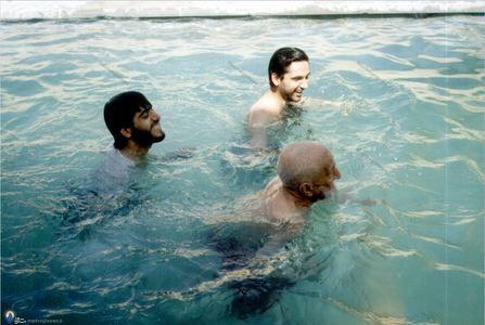 مرحوم علامه شیخ محمدتقی بهلول گنابادی در حال شنا در 95سالگی
