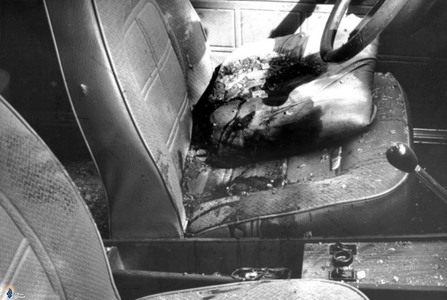 نمایی از داخل اتومبیل حامل شهید دکتر سید حسن آیت پس ازترور