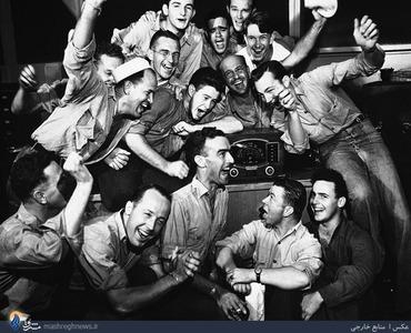 شادی تعدادی از سربازان ارتش آمریکا بعد از شنیدن خبر بمب باران موفقیت آمیز اتمی هیروشیما از رادیو