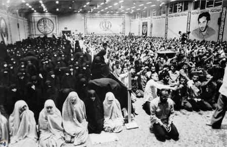 نماز جماعت زندانیان تواب به امامت شهید سیداسدالله لاجوردی در حسینیه زندان اوین