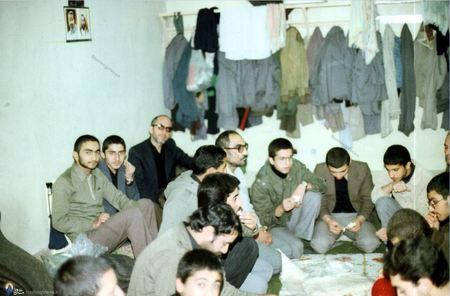 شهید سید اسدالله لاجوردی به اتفاق زندانیان قبل از صرف غذا