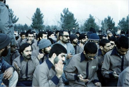 شهید سید اسدالله لاجوردی به اتفاق زندانیان تواب در مراسم دعای ندبه در بهشت زهرای تهران