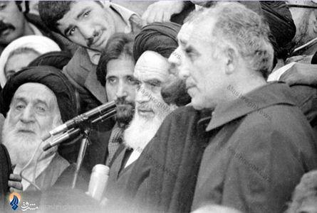 شهید حاج مهدی عراقی در کنار امام خمینی در لحظات اولیه ورود به ایران