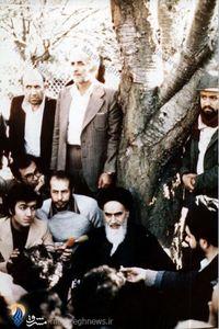 شهید حاج مهدی عراقی در کنار امام خمینی در دهکده نوفل لوشاتو