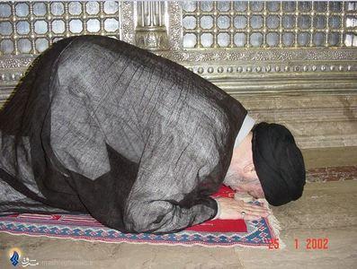 شهید آیت الله سید محمد باقر حکیم دراولین زیارت خود از حرم حضرت علی(ع) پس از بازگشت به عراق