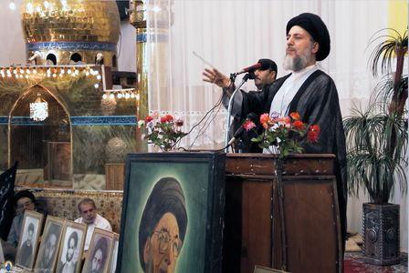 شهید آیت الله سید محمد باقر حکیم درحال سخنرانی در مراسم بزرگداشت خاندان حکیم