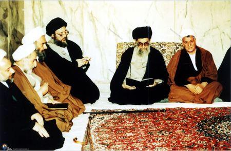 شهید آیت الله سید محمد باقر حکیم درکنار رهبر معظم انقلاب در یکی از مجالس مدرسه عالی شهید مطهری
