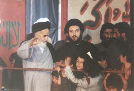 شهید آیت الله سید محمد باقر حکیم در کنار امام خمینی، در دیدار معاودین عراقی با ایشان