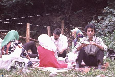 امام موسی صدر در کنار اعضای خانواده در یک گردش خانوادگی