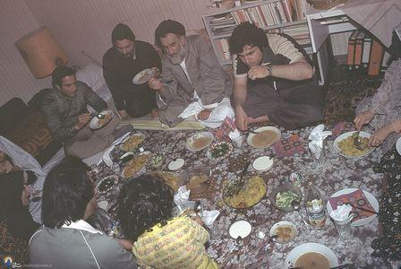 امام موسی صدر در کنار آیت الله سلطانی طباطبایی و برخی اعضای خانواده خویش دربیروت