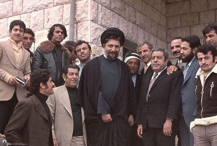 امام موسی صدر در کنار برخی یاران و اطرافیانش درپاریس
