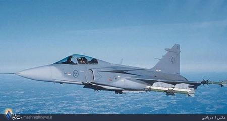 Nr.9 Saab JAS 39 Gripen (Sweden).ساب 39 گریپن (به سوئدی: Saab 39 Gripen) جنگنده چندمنظوره سبک و تکموتوره است که توسط شرکت سوئدی ساب سوئد طراحی و تولید گردیدهاست. گریپن (به معنی شیردال) که در 1988 برای اولین بار به پرواز درآمده بود، در سال 1997 به نیروی هوایی سوئد پیوست و جایگزین جنگندههای ساب 35 دراکن و ساب 37 ویگن شد. این هواپیما در سالهای بعد به کشورهای آفریقای جنوبی، تایلند، جمهوری چک و مجارستان هم فروخته شد.گریپن جت مافوق صوتی با سرعت بیش از دو ماخ است که مثل جنگندههای قبلی شرکت ساب از طراحی بالمثلثی و بدون دم همراه با کانارد بهره میبرد. مدلهای تازهتر ساب 39 به تجهیزات سوختگیری هوایی هم مجهز شدهاند و مدلهای صادراتی آن سازگاری قابل توجهی با استانداردهای ناتو دارند. این جنگنده از یک موتور ولوو-فلایگموتور نیرو میگیرد که از موتور آمریکایی جنرال الکتریک اف404 اقتباس شده است. موتوری که در جنگندههای اف-18 هورنت هم نصب شدهاست.بهای هر فروند بیش از 60 میلیون دلار