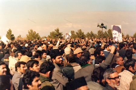 نمایی ازحضور مردم در قطعه شهدای 17 شهریور در روزهای اوج گیری انقلاب