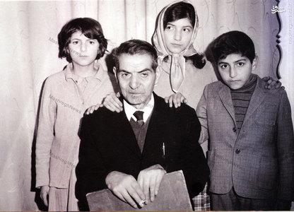 استاد شهریار در کنار فرزندانش