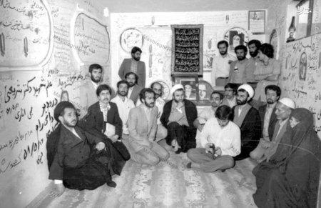 شهید سید عبدالکریم هاشمی نژاد در سفر به سوریه در مقبره دکتر شریعتی
