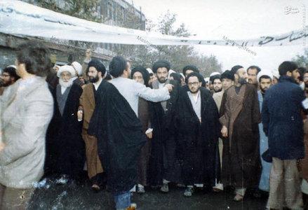 شهید سید عبدالکریم هاشمی نژاد در رصف نخست یکی از راهپیماییهای مشهد