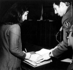 شکوه میرزادگی درحال امضای متن اقاریر خود در دادگاه