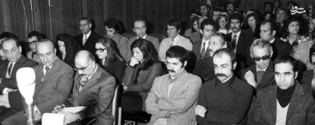 خسرو گلسرخی و کرامت الله دانشیان در لحظات آغازین آغاز دادگاه خویش