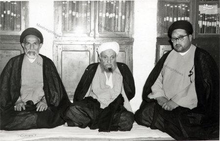 علامه شیخ آقا بزرگ تهرانی در کتابخانه اش در نجف، در کنار حجت الاسلام سید عبدالعزیز طباطبایی