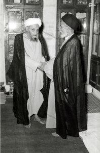 علامه شیخ آقا بزرگ تهرانی در کتابخانه خویش در نجف اشرف