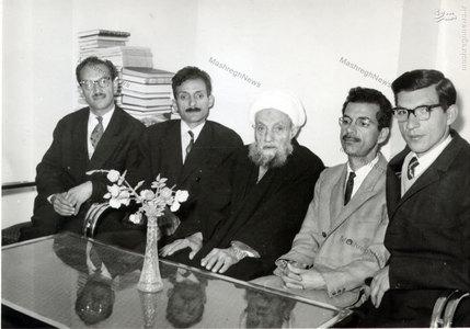 علامه شیخ آقا بزرگ تهرانی در کنار فرزندانش