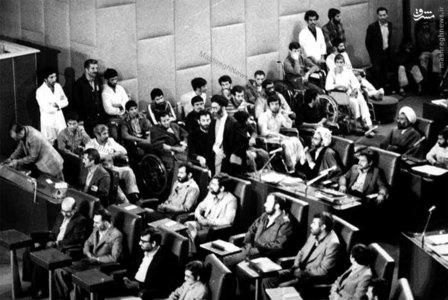 آیت الله خامنهای در حال ورود به محوطه مجلس شورای اسلامی برای به جای آوردن مراسم تحلیف اولین دوره ریاست جمهوری