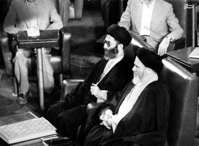 آیت الله خامنهای به اتفاق آیت الله موسوی اردبیلی لحظاتی قبل از به جای آوردن مراسم تحلیف اولین دوره ریاست جمهوری
