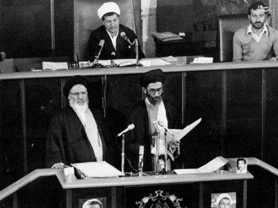 آیت الله خامنهای به اتفاق آیت الله موسوی در حال به جای آوردن مراسم تحلیف اولین دوره ریاست جمهوری