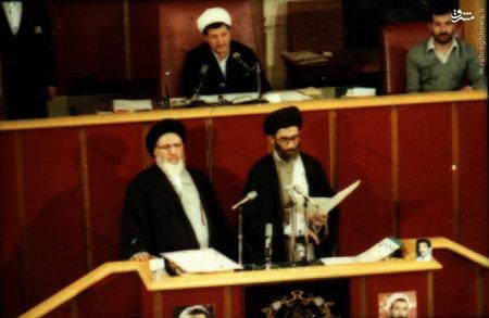 آیت الله خامنه ای به اتفاق آیت الله موسوی در حال به جای آوردن مراسم تحلیف اولین دوره ریاست جمهوری