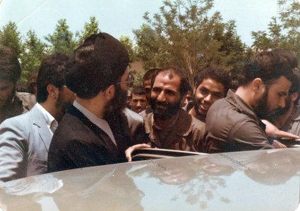 آیت الله خامنهای درحال ترک محوطه مجلس پس از به جای آوردن مراسم تحلیف اولین دوره ریاست جمهوری