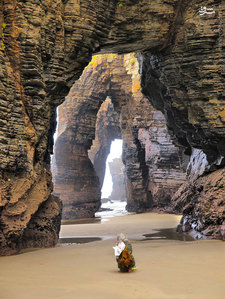 قوس ها و دیواره های نگه دارنده ی آنها در ساحل اسپانیا توسط ضربه های آب که هزاران سال به ساحل میزده تشکیل شده.