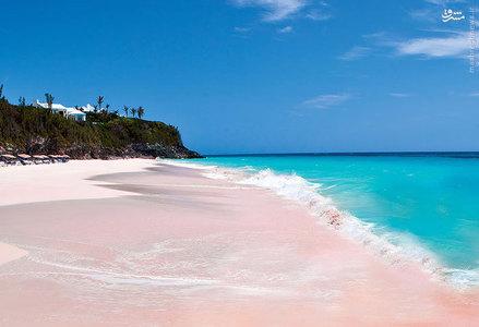 شن و ماسه ساحل باهاماس توسط باقیمانده مرجان های شسته شده که به قطعه های کوچکی تبدیل و پراکنده شده به این شکل درآمده است.