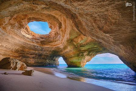 این ساحل در پرتقال متشکل از سنگ های آهک است که به راحتی فرسایش می شوند و باعث میشود غارهای دریایی مثل این را تشکیل بدهد.