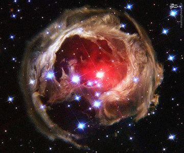 اکوی نوری ستاره V838 Mon که حدود 6 سال نوری قطر دارند. وی 838 تکشاخ، ستارهای در صورت فلکی تکشاخ است. در این تصویر که در سال 2002 میلادی توسط هابل ثبت شده است، این ستاره را نشان میدهد که در حال فوران مواد به بیرون است. با گذشت زمان پرتوهای نور درخشان ستاره ابر بسیار بزرگی از گاز و غبار را روشن کرد که پهنایش به یک سال نوری میرسید. گروهی از اخترشناسان حدس میزنند این منظره، صحنهٔ نابودی سامانه ستاره ای ستارهٔ وی۸۳۸ تکشاخ باشد. آنها میگویند گویی ستارهٔ مادر سیاراتش را بلعیده است.