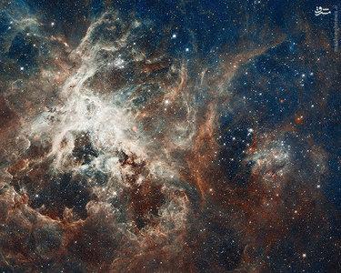 یکی از بزرگترین تصاویر ساخته شده از عکسهای هابل که میلیونها ستاره را در اطراف 30 Doradus نشان میدهند. 30 Doradus نام دیگر سحابی رتیل است که در کهکشان ابر ماژلانی بزرگ قرار دارد.