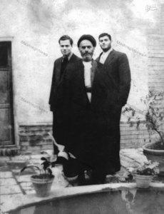 شهید سید حسین امامی در کنار پدر و برادرش سیدعلی امامی