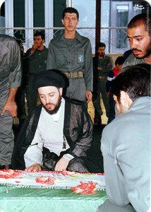 شهید آیت الله سید محمد باقر حکیم در کنار پیکر یکی از شهدای سپاه بدر