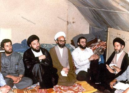 شهید آیت الله سید محمد باقر حکیم به اتفاق آیت الله دری نجف آبادی در میان برخی از اعضای سپاه بدر