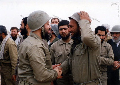 شهید آیت الله سید محمدباقر حکیم در میان برخی از اعضای سپاه بدر