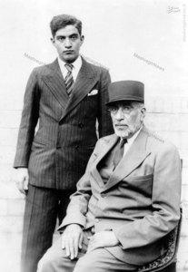 مظفر بقایی کرمانی در کنار پدرش میرزا شهاب کرمانی 2-