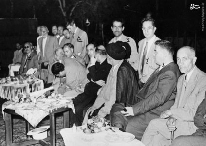 مظفر بقایی کرمانی به همراه برخی نمایندگان مجلس در حیاط منزل آیت الله کاشانی